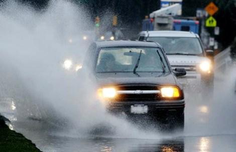 Kinh nghiệm lái xe ô tô an toàn: Lái xe dưới trời mưa